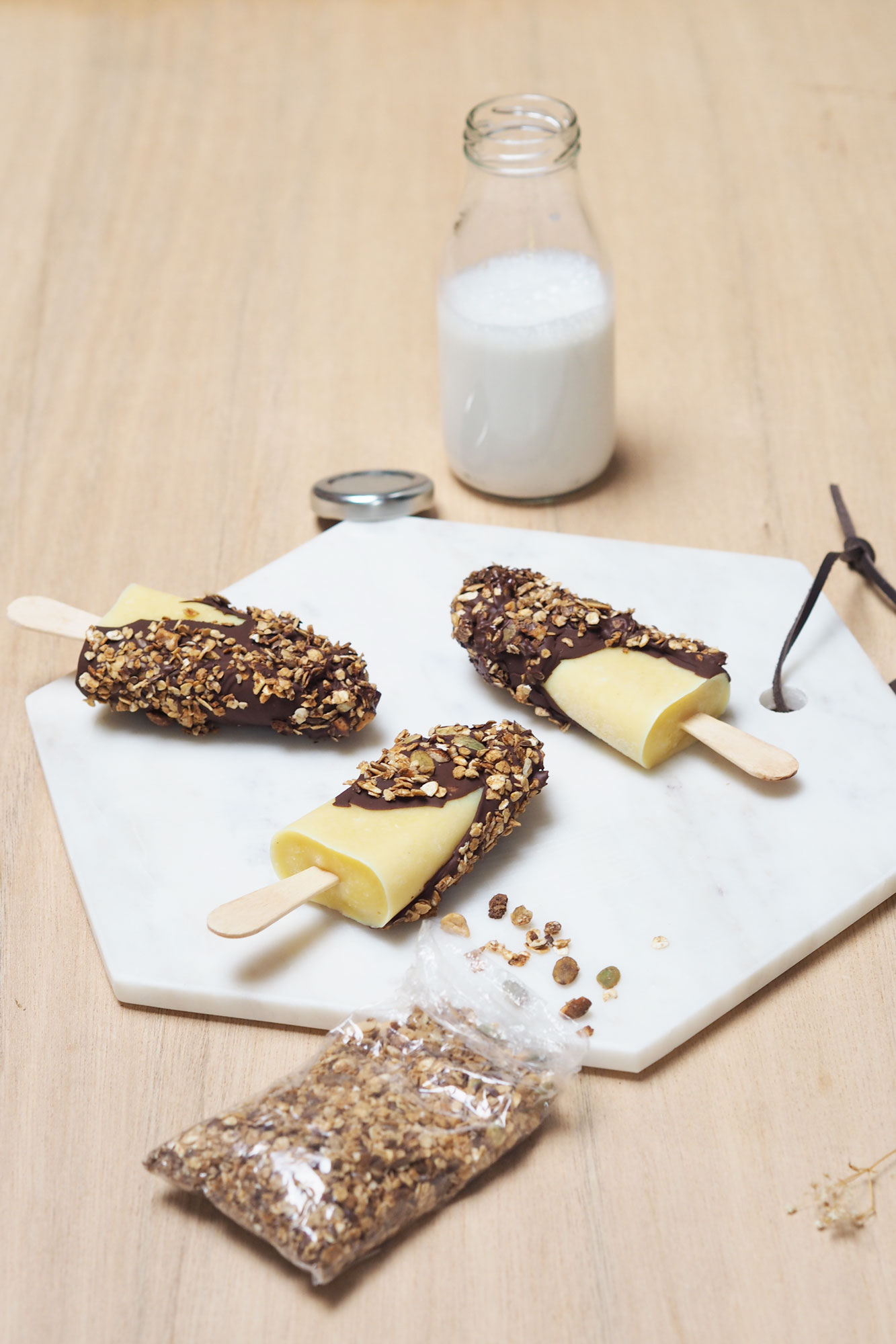 Pospsicle lait d'amande, chocolat noir et granola / Tippy.fr