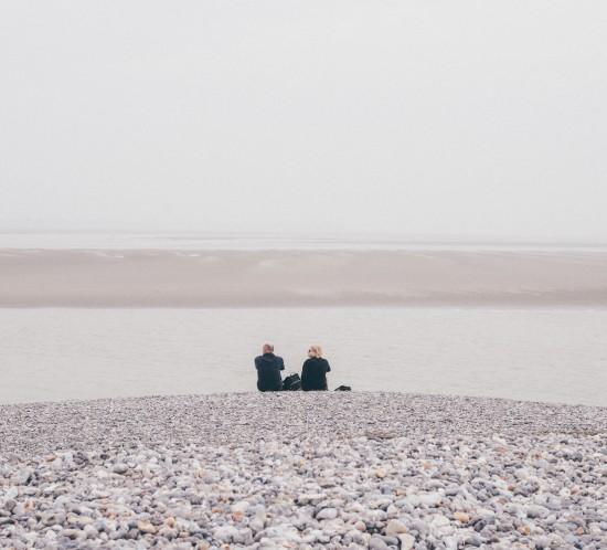 En route vers la pointe du Hourdel où l'on avait bon espoir d'apercevoir quelques phoques. Et c'est raté pour cette fois (comme lors de mes deux premiers passages par ici :-/). Mais ça ne fait rien, le paysage est tellement beau et reposant sous ce ciel tout gris, que l'on en profite. On marche sur les dunes de galets, on repères les salicornes, on observe les oiseaux et surtout (surtout) on marche à pas feutrés pour essayer d'éviter la chute dans la gadoue… Mais c'était presque inévitable ^^