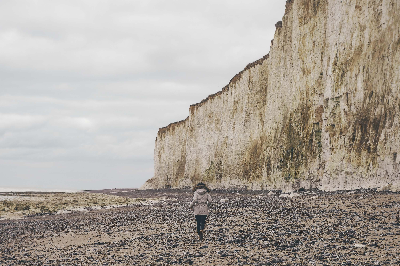 La mer est belle sauvage déchainée grise et laiteuse presquopaque à cause des sédiments de calcaire au loin par endroits des percées dun bleu