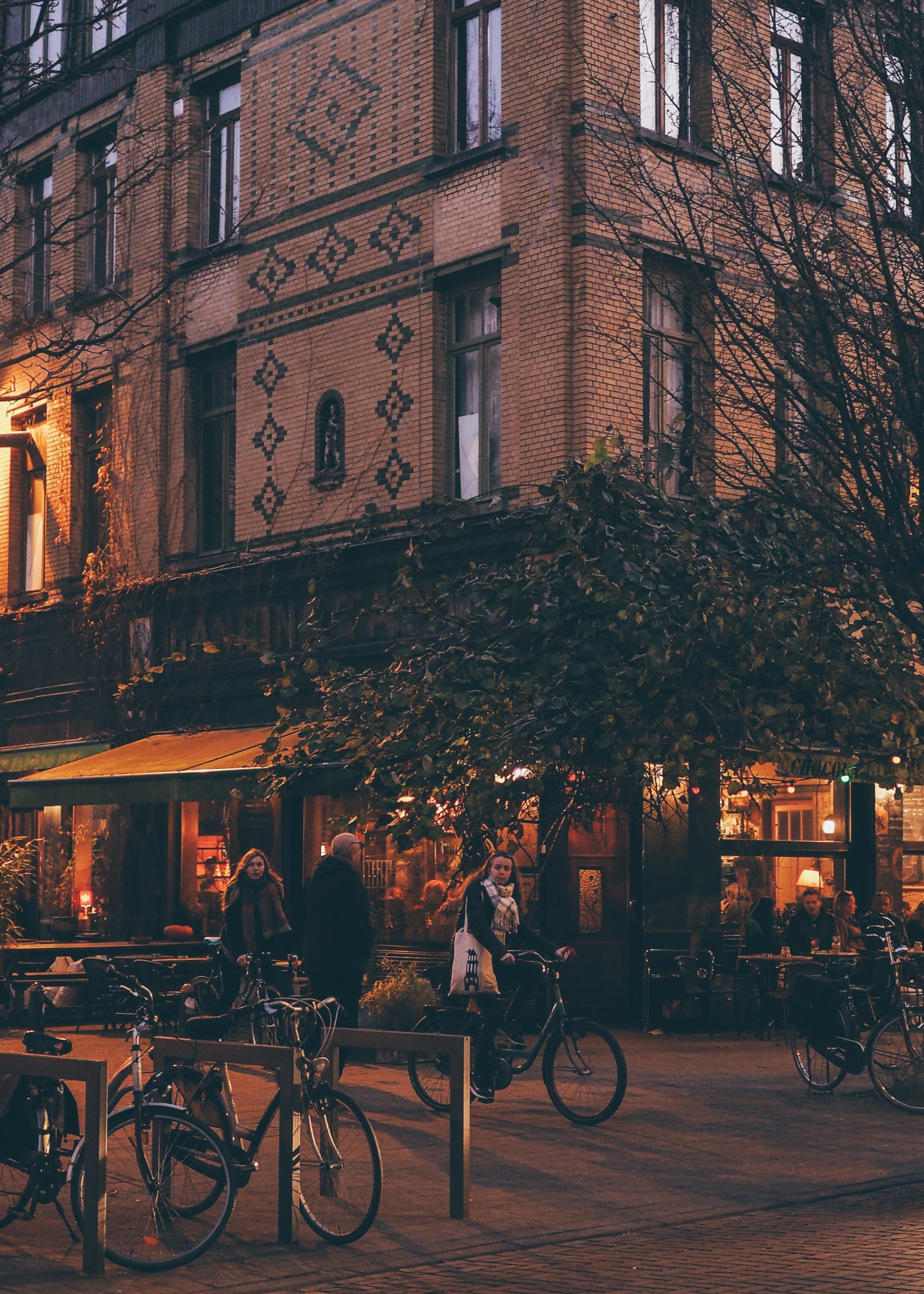Anvers City Guide : lumière dorée à la nuit tombée dans les rues d'Anvers / Tippy.fr