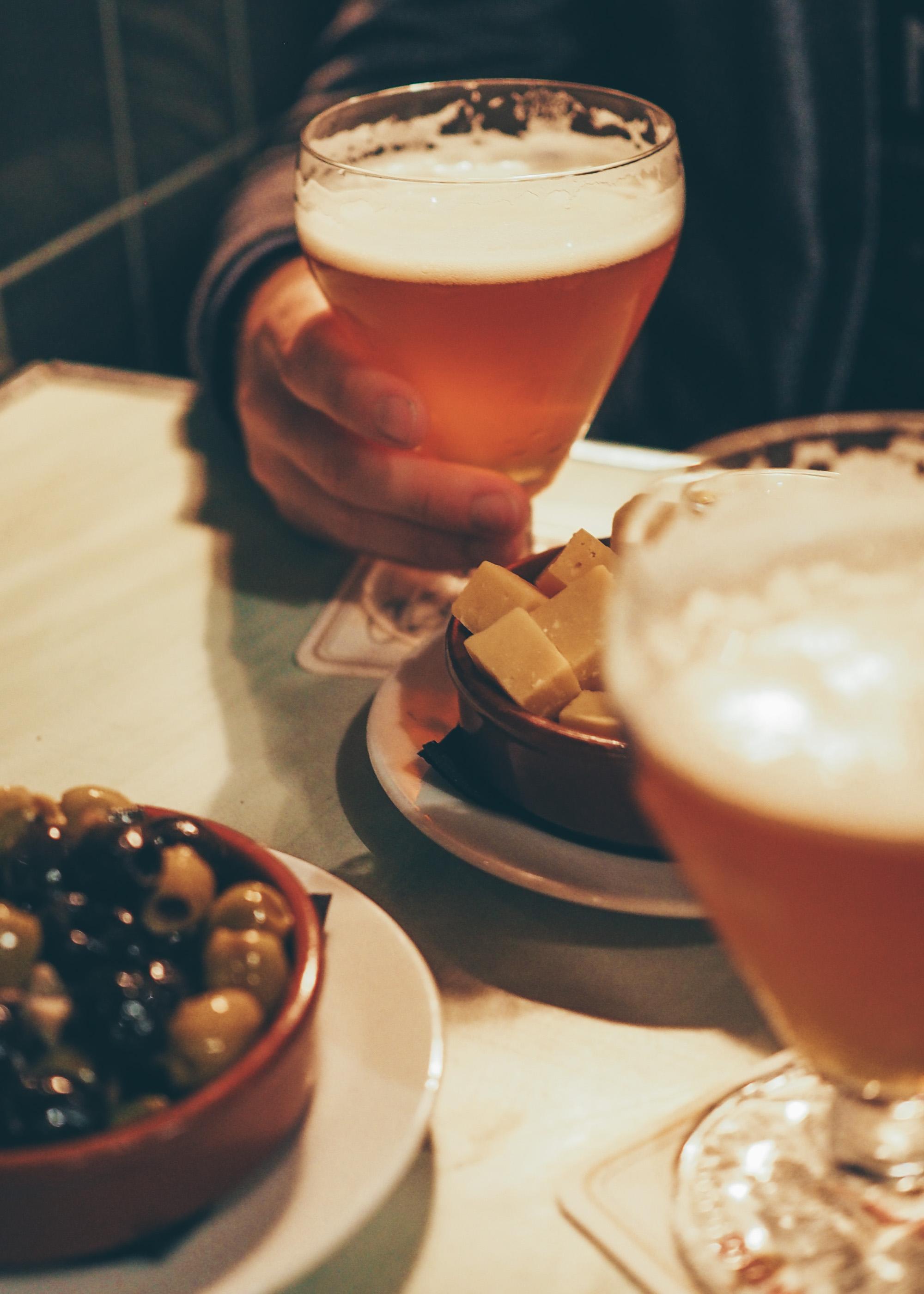 Anvers City Guide : bière locale, olives, gouda au café Shilling / Tippy.fr